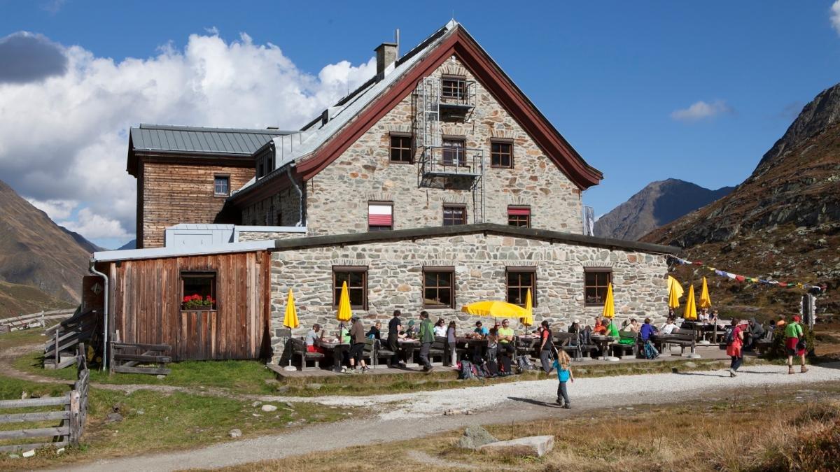 Franz Senn, morto e sepolto 1884 a Neustift, non era solo un parroco ma anche visionario turistico. Il cofondatore del club alpino tedesco ha già capito presto, che il futuro sta nel turismo. Oggi esiste ancora una baita col suo nome., © Tirol Werbung/Markus Jenewein