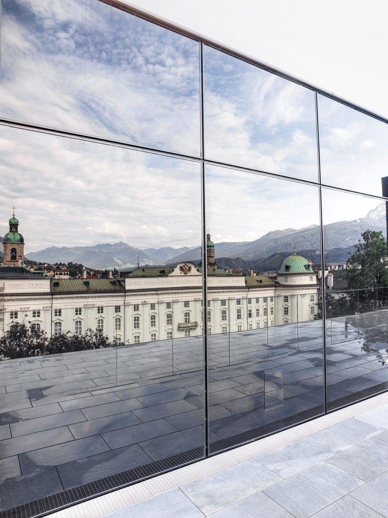 Il Palazzo Ducale si riflette nella facciata. La Casa della Musica passa in secondo piano e gli edifici storici del quartiere riacquistano una posizione di rilievo.