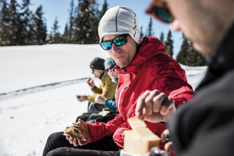 Un altro pezzetto? Di formaggio? L'aria fresca mette appetito.