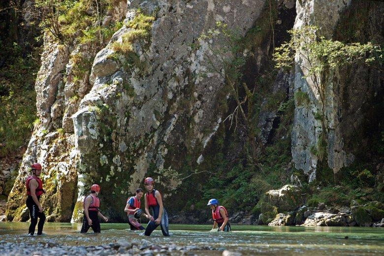 Ci si può lasciar trascinare o remare, la canoa porta a valle lungo l'Ache. , © Tirol Werbung, Bernd Uhlig
