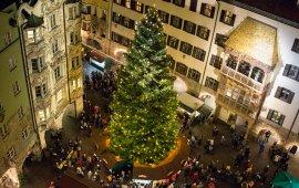 L'albero di Natale e il Tettuccio d'oro visti dalla torre civica a Innsbruck, © Tirol Werbung