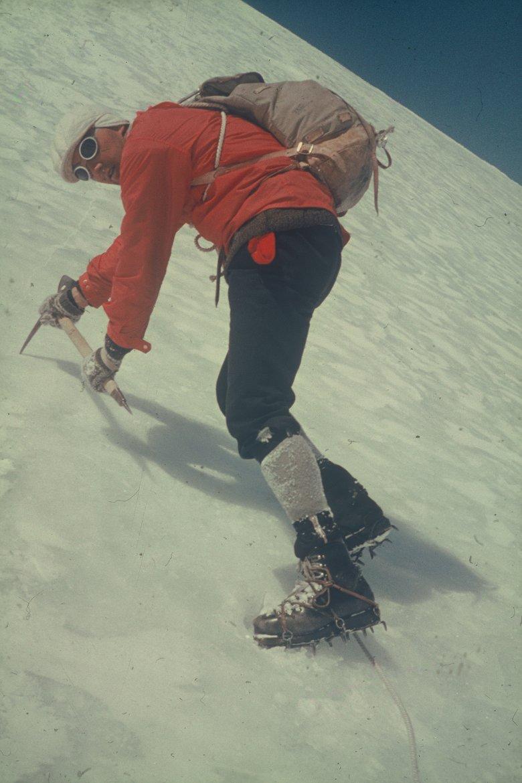 Occhiali per il ghiacciaio, pantaloni alla zuava, stivali di cuoio – gli Outfits di un tempo hanno un notevole fattore stilistico.