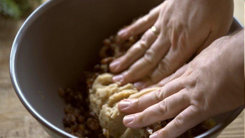 Mescolare accuratamente e impastare bene tutti gli ingredienti in una ciotola.