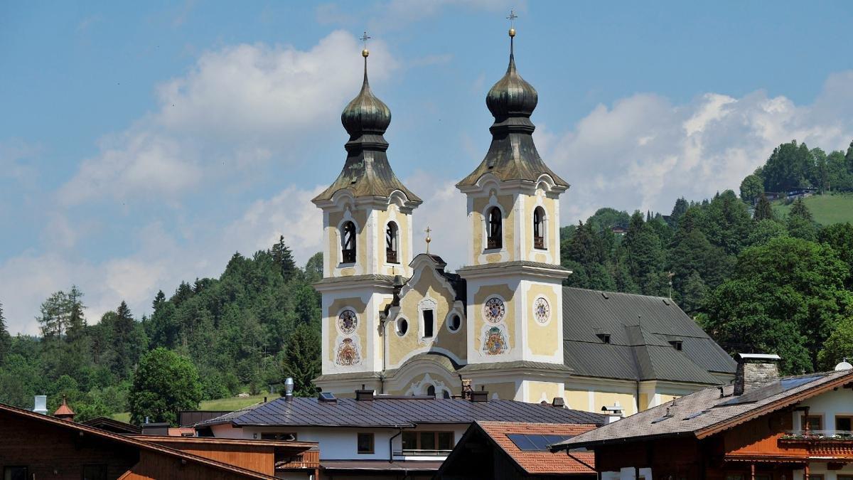 La chiesa barocca, sovradimensionata con le torri, alte 52 metri è dedicata il santo Jakobus e Leonard., © Tirol Werbung/Bernhard Aichner